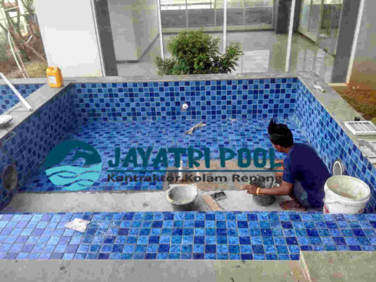 jasa pemasangan mozaik kolam renang yang dilakukan oleh team jaya tri pool