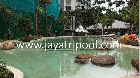 kolam renang hijau yang dibersihkan jayatri pool